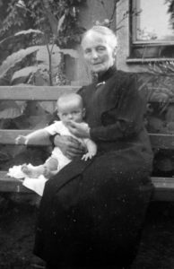 Anna Nehls mit Roswitha in Stagard (Pommern) im Garten